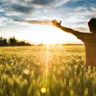 """""""O Espírito Santo é luz, é fogo, é poder que nos faz levantar e seguir a jornada da vida. É o amor de Deus que habita em nós"""" (frei Paulo Sérgio, ofm)."""